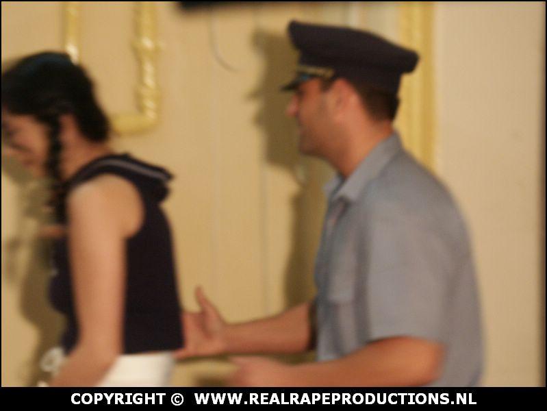 Politieagent laat verslaafde arrestante pilletje slikken en vekracht haar