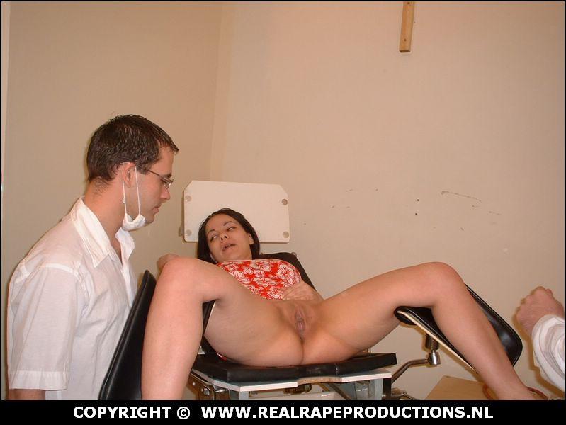 In het ziekenhuis word ze door 2 nepchirugen onder dwang geneukt