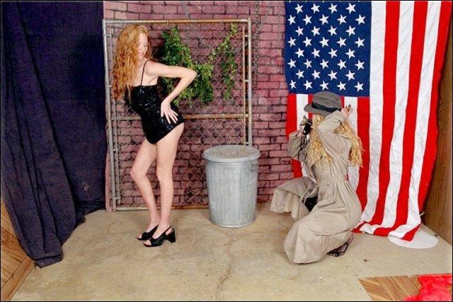 Twee mooie Amerikaanse lesbische vrouwen gaan strippen