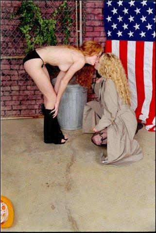 Roodharige en blondine doen elaar wat likken en strelen