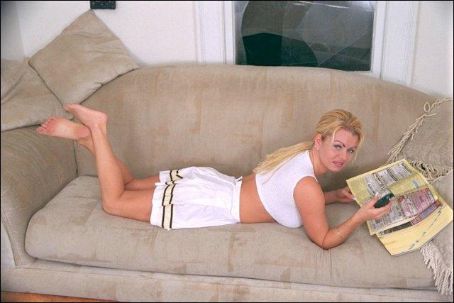 Geile blonde snol leest een boek voor wat afleiding