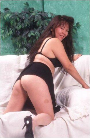 Lekker dikke Aziatische vrouw doet erg geil poseren