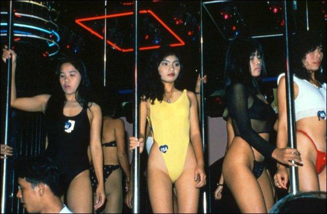 Hitsige schoolmeisjes vermaken zich kostelijk in discotheek