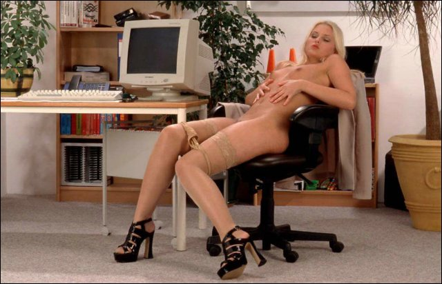 Blonde mokkel doet op een prettige manier kut strelen