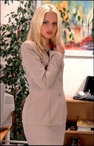 Hoerige slet met blonde haren showt zich in lingerie