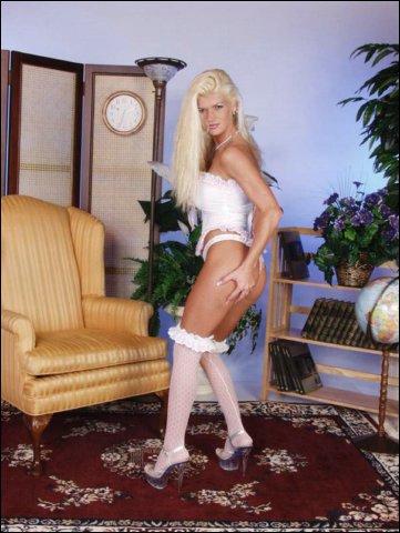 Blondine hebt mooie tietjes en een goddeijk kontje