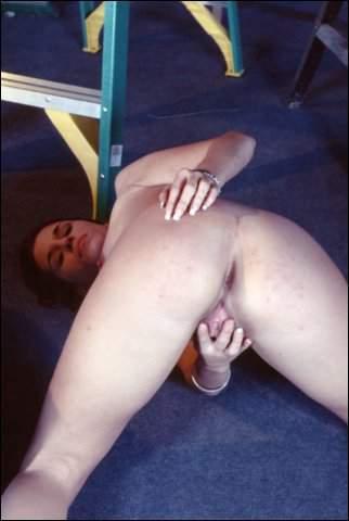 Opgewonden doet ze haar kale kutje eens lekker strelen