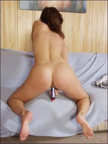 Haar kale spleetje word gevuld met een stalen dildo