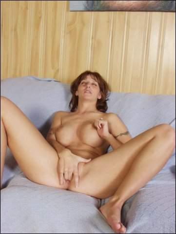 Met 1 vinger doet ze lekker geil haar klitje strelen