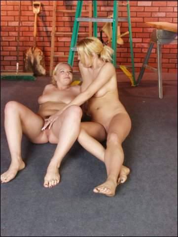 De blonde babe tovert een grote dildo te voorschijn