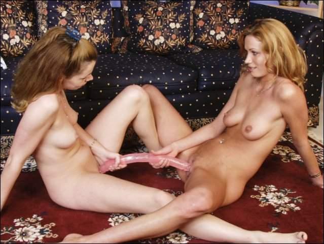 Deze lesbische babes beleven veel plezier met 1 dildo