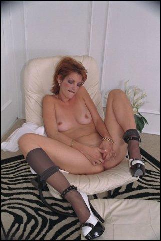 Super lekker hoe ze haar kale schaamlipje zo streelt