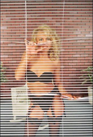 Lekker om haar zo achter het raam te zien staan
