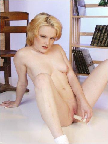 Handig stopt jonge blonde tiener dildo gemakkelijk in gleufje