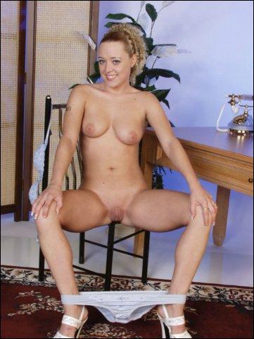 Het blonde snolletje doet haar lekkere schaamlipjes uit elkaar trekken