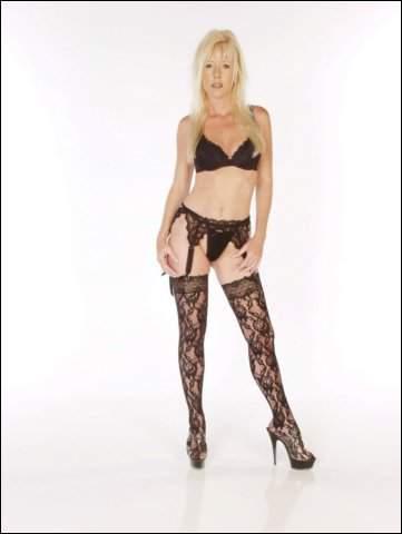 Blonde babe poseert in sexy zwarte lingerie