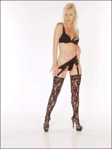 Geile blondine ziet er lekker uit in het zwart