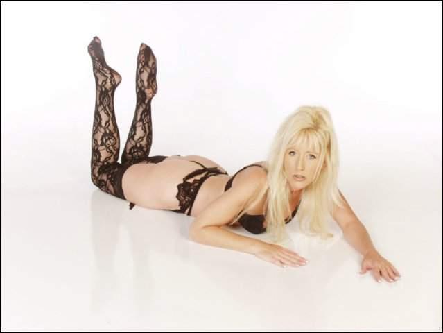 Mooie blonde mokkel ligt geil op haar buik