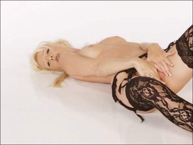 Domme blondje doet haar beentjes gespreid