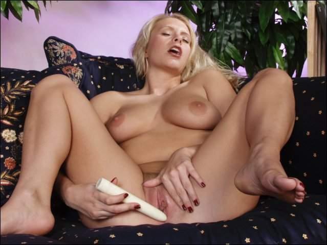 Blonde stoot stopt dildo in haar gleufje