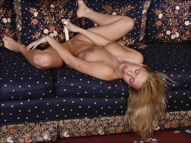 Knappe meid in een sexy paars lingeriesetje