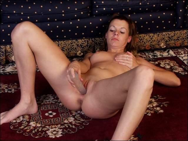 Op haar knietjes verdwijnt de dildo erin