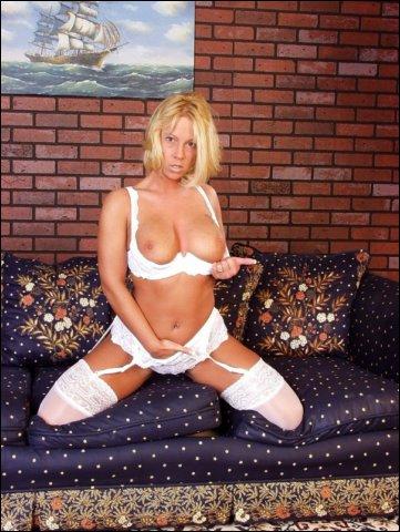Liggend doet ze poseren in haar lingerie