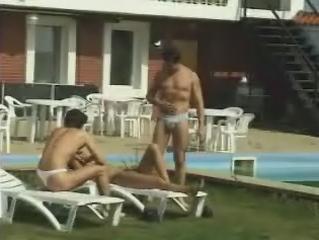 Gezellig een gangbang aan het zwembad houden