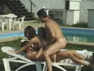 Door twee geile kerels afgeneukt op ligstoel