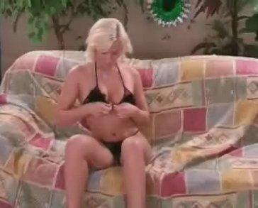 Sexy blondine trekt haar zwarte beha uit
