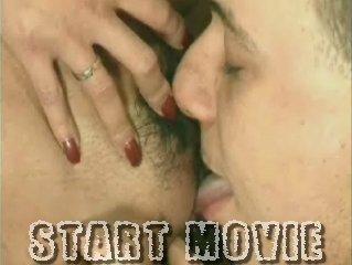 Met zijn tong likt hij haar hele kutje af
